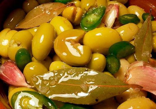 Aceitunas blancas en aceite virgen extra picantes.